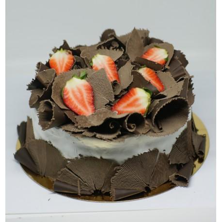 Tort ze skrobaną czekoladą z truskawkami