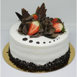 Tort okrągły dekoracja czekoladowa z truskawkami