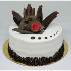 Tort okrągły z dekoracją czekoladową oraz czerwona róża ręczeni lepiona