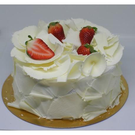 Tort okrągły ze skrobaną białą czekoladą z truskawkami