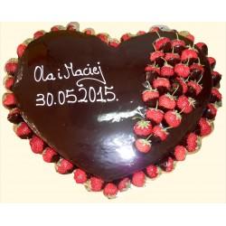 Tort oblany czekoladą z truskawkami