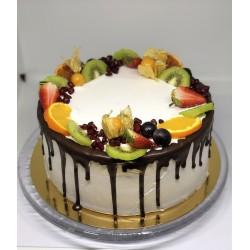 Tort oblany czekoladą z owocami sezonowymi